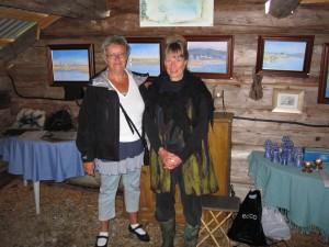 Lilly Berglund och Brita Isaksson i utställningslokalen