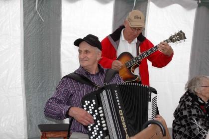 Gösta Markusson på Hohner dragspel och Ragnar Moberg på halvakustisk gitarr.