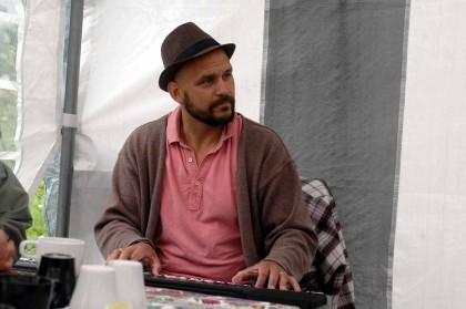 Patrik Gustafsson på sång och keyboard